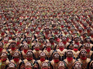 印尼万人集体跳萨满舞 人山人海场面壮观