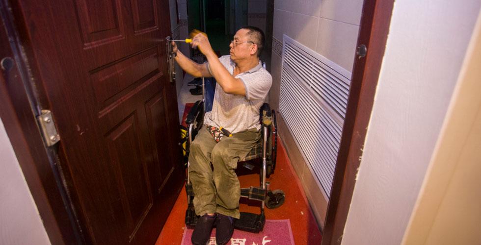 轮椅上的修锁匠