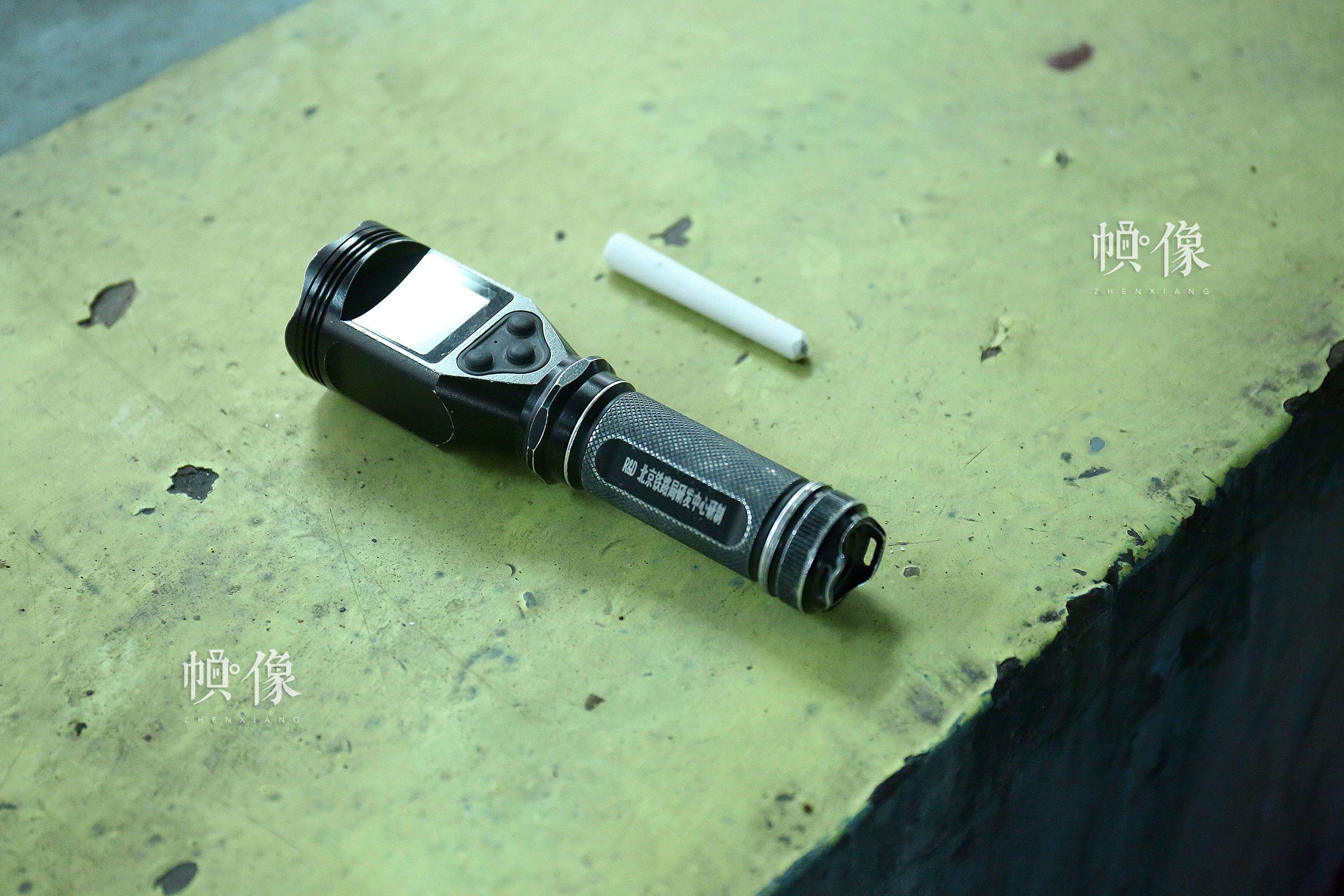 一支粉笔,一个可以拍照录像的数字化手电成为检测人员最常用的工具。中国网记者 黄富友 摄