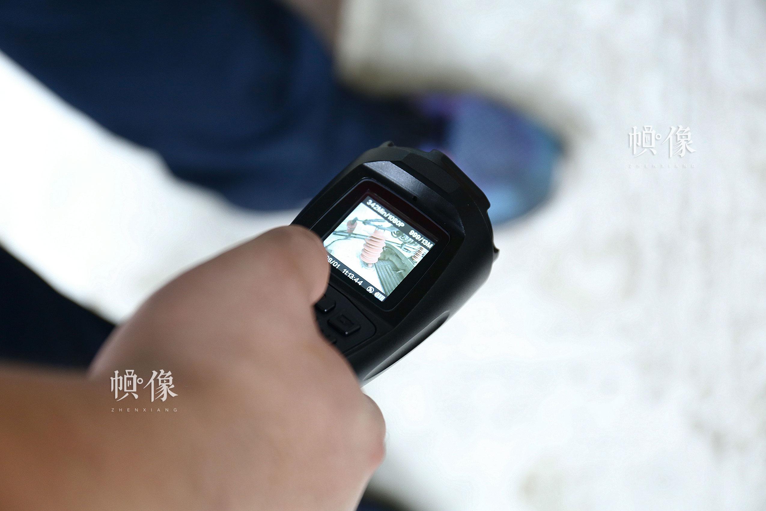 图为复兴号检修人员使用的数字化手电,可拍照片,拍视频,便于查看部件磨损和高压设备检测。中国网记者 黄富友 摄