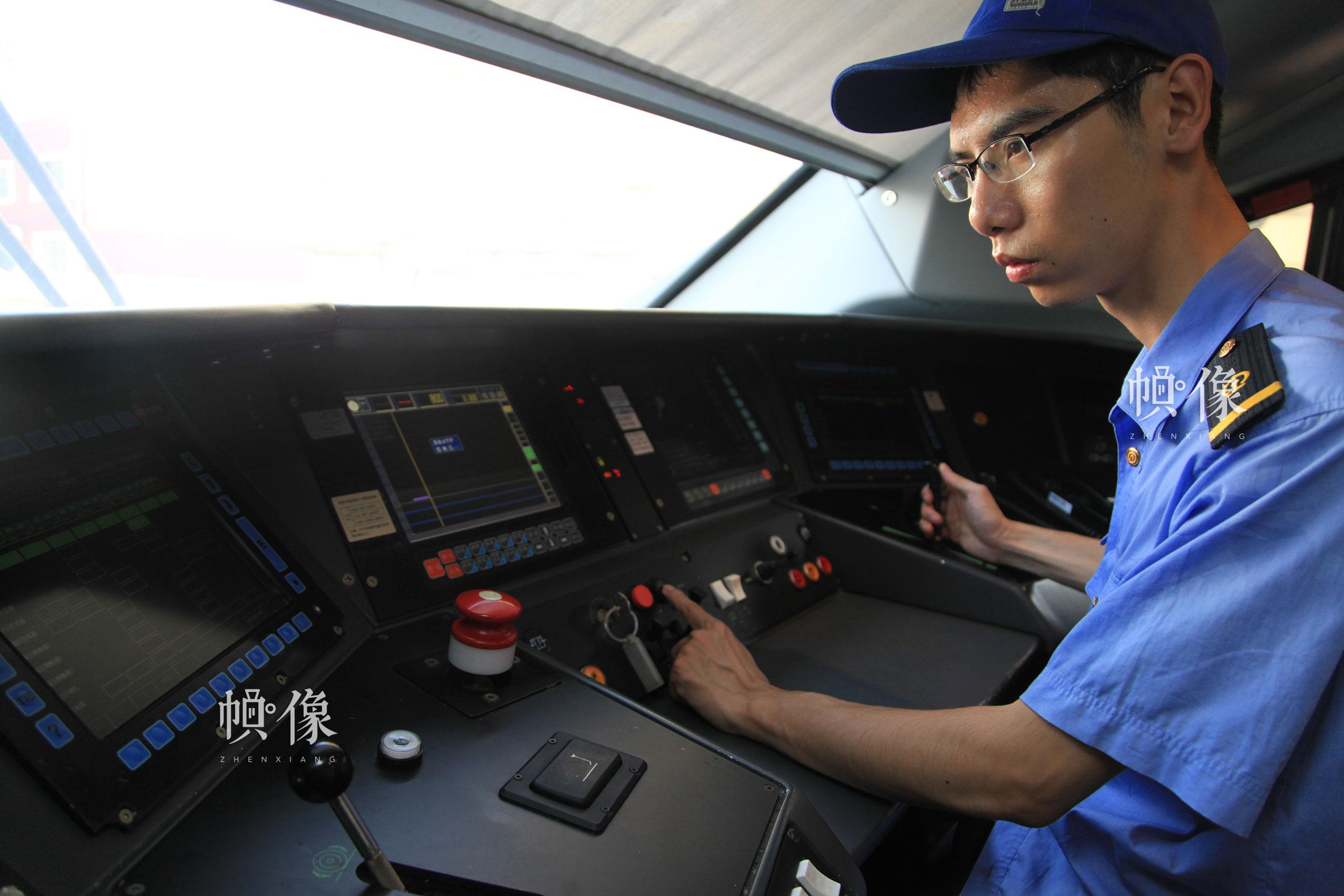 作业人员张朝舜对驾驶室操作系统进行检测。北京动车段 李博 供图