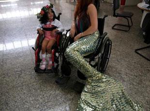 """巴西""""美人魚""""的慈善生活"""