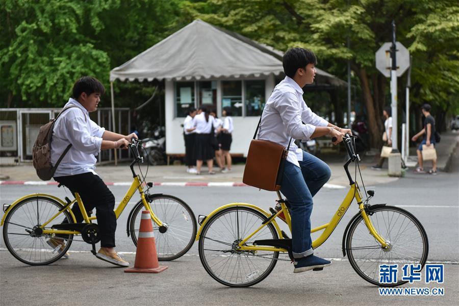 8月15日,在泰国曼谷的泰国国立法政大学,两名学生使用ofo小黄车出行。
