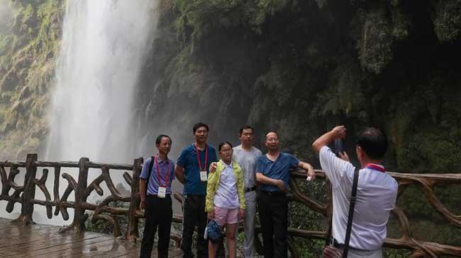 贵州兴义马岭河峡谷吸引游客