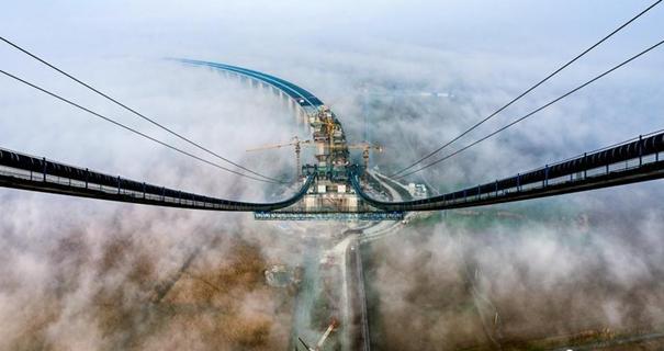 洞庭湖大桥合龙 成国内第一大跨径钢桁梁悬索桥