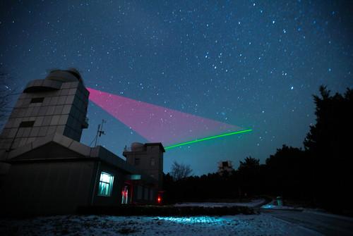 """資料圖片:""""墨子號""""量子科學實驗衛星與興隆量子通信地面站建立天地鏈路。新華社記者 金立旺 攝"""