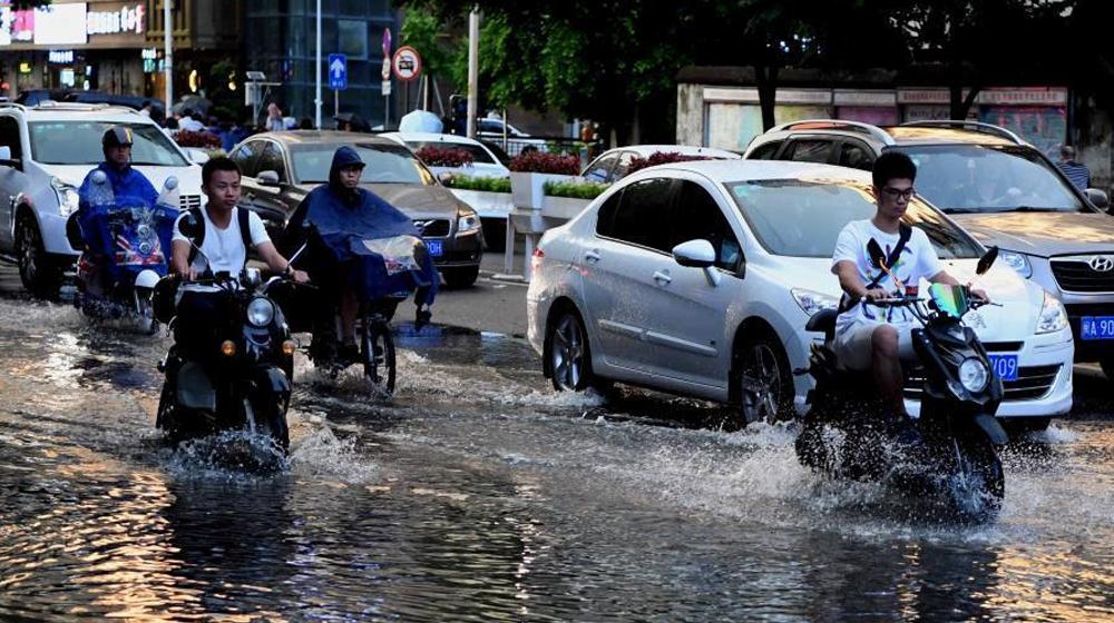 福州突降雷阵雨 市民涉水出行