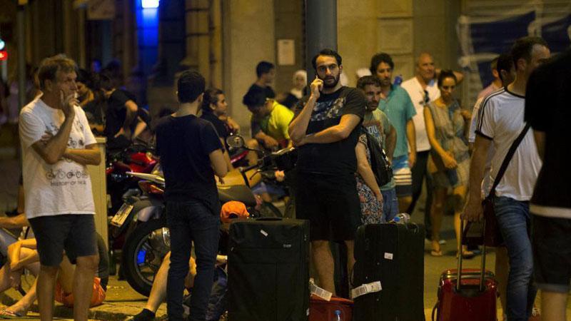 西班牙巴塞罗那发生驾车冲撞人群事件 现场一片狼藉