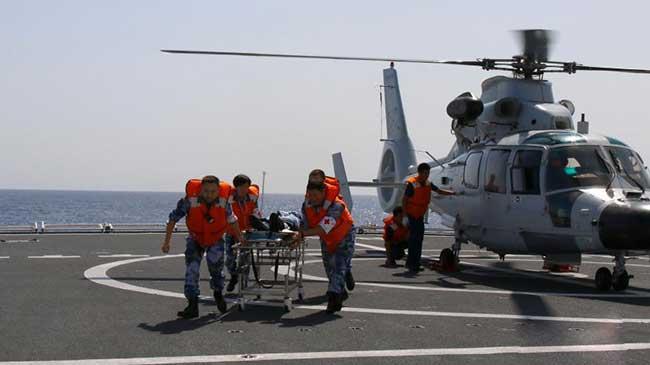 和平方舟医院船与扬州舰开展远海立体卫勤联合训练