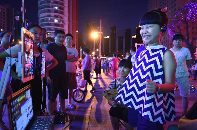 【世相】街头直播卖唱养家的8岁女孩