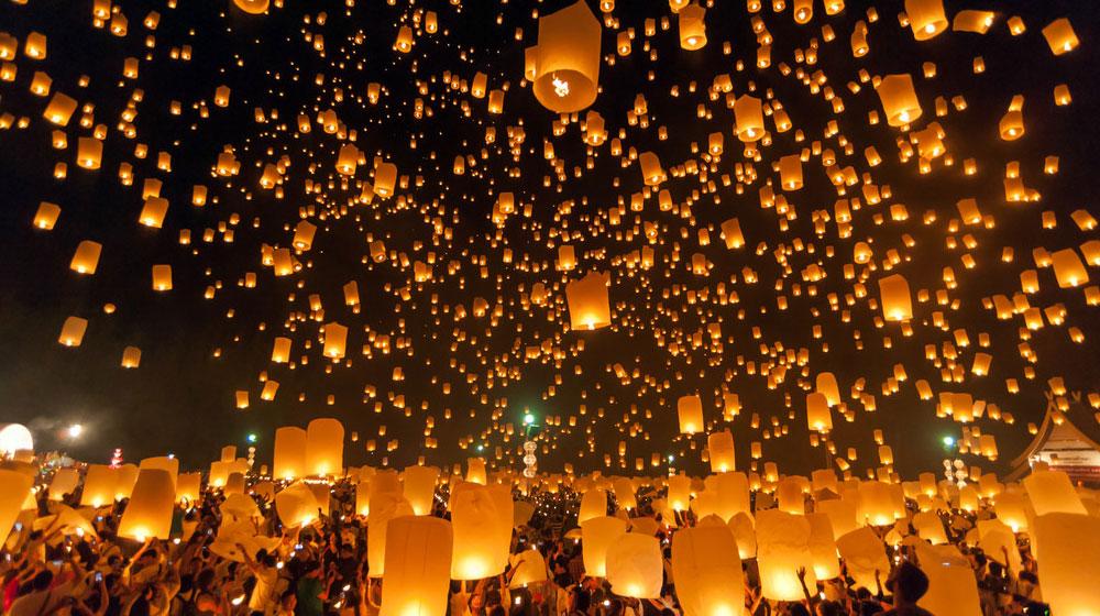 泰国清迈水灯节 万盏天灯演绎极致浪漫