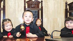 """""""小法官""""在法庭上敲法槌。"""
