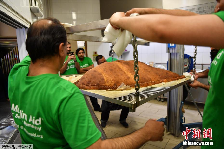 當地時間2017年8月22日,英國倫敦東部的清真寺內,工作人員和志願者正在製作世界上最大的咖喱角。