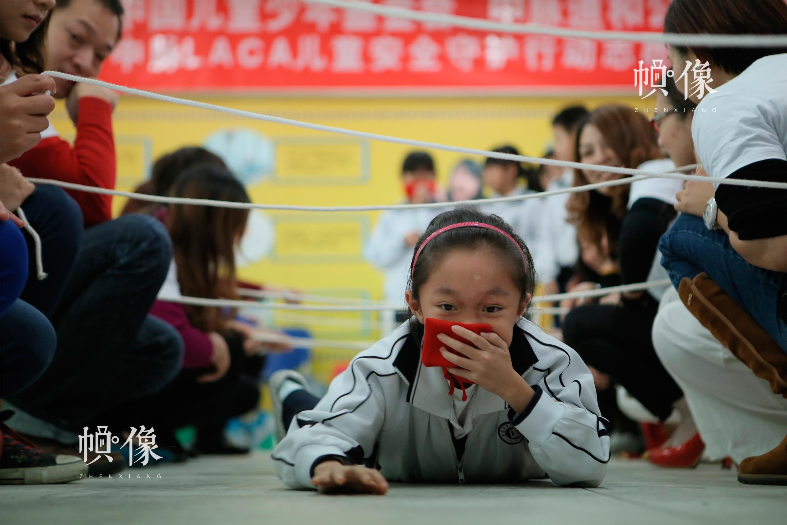 安全教育进校园活动走进东莞,学生模拟体验烟道逃生。中国儿童少年基金会供图