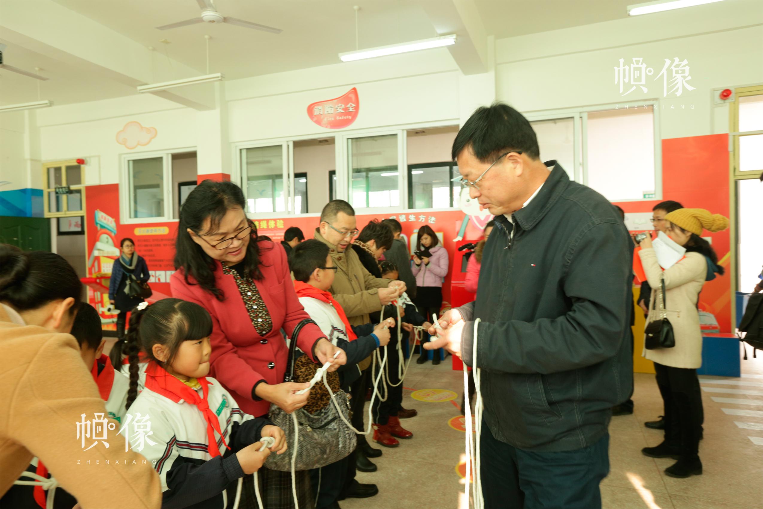 安全教育落地浙江,公安部消防局宣传处前处长罗秀华大校(左3)参与安全课堂互动。中国儿童少年基金会供图
