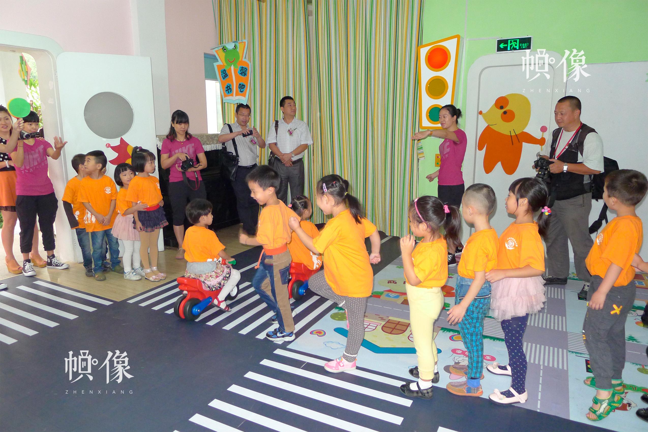 安全教育落地浙江,全国首个安全幼儿示范园在杭州启用,小朋友在教室上课。中国儿童少年基金会供图