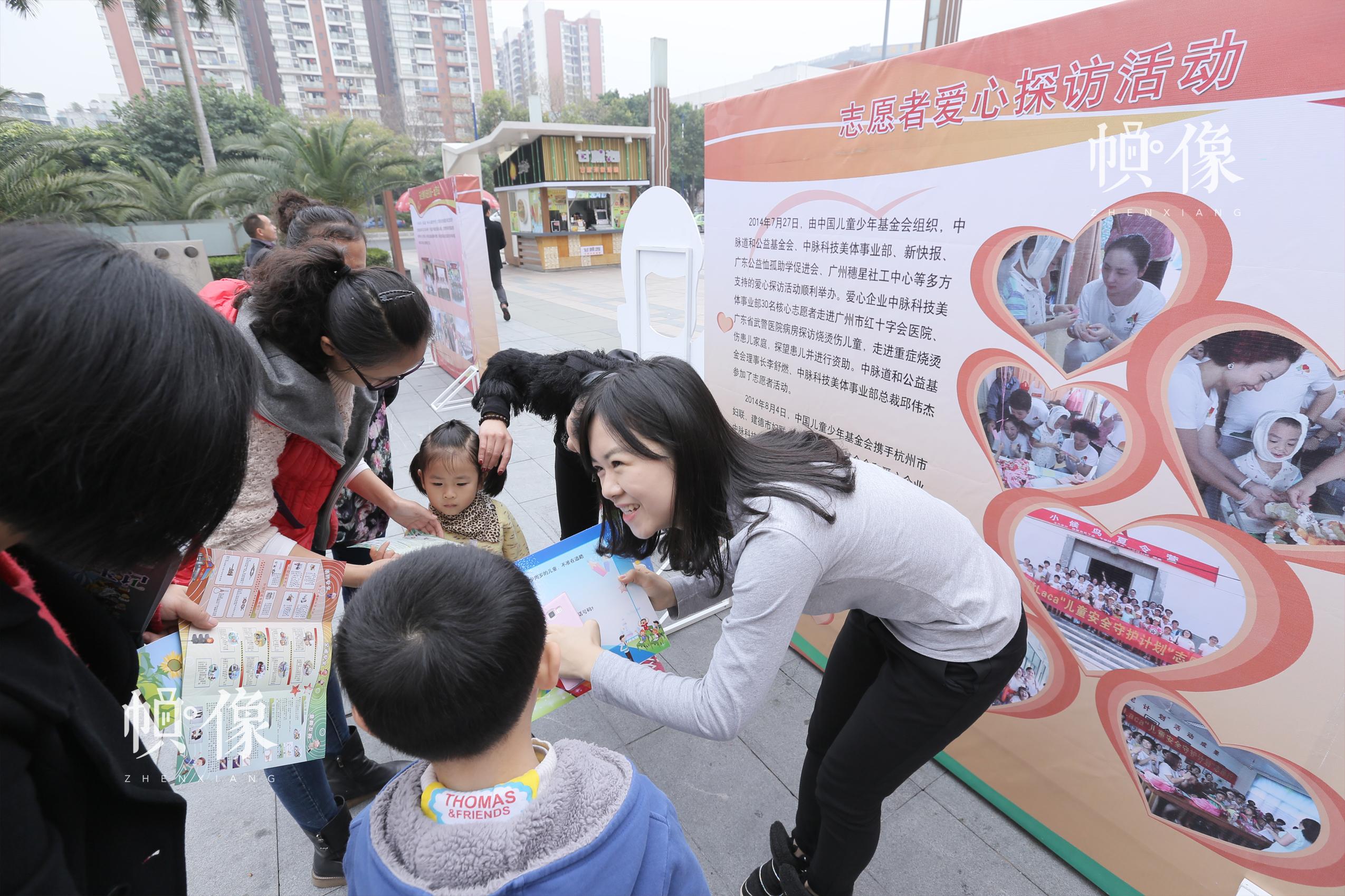 安全教育巡展广州站活动,志愿者参与安全知识宣讲。中国儿童少年基金会供图