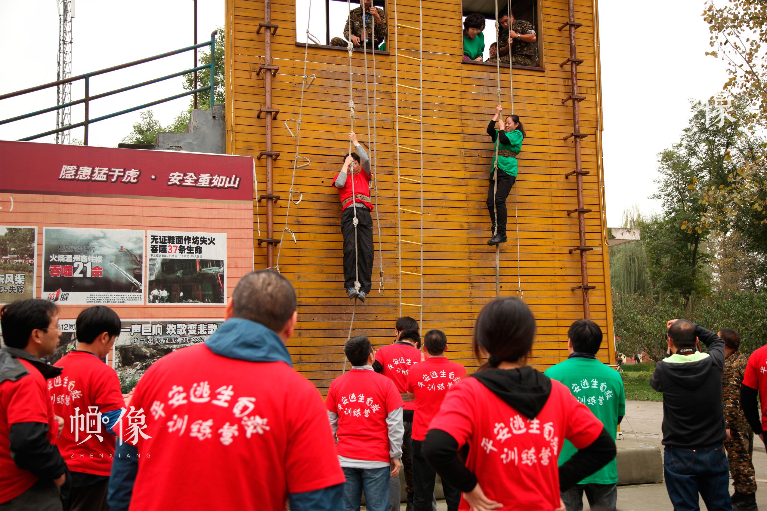 安全体验教室受捐学校的安全课老师参加高空降落安全应急技能培训。 中国儿童少年基金会供图