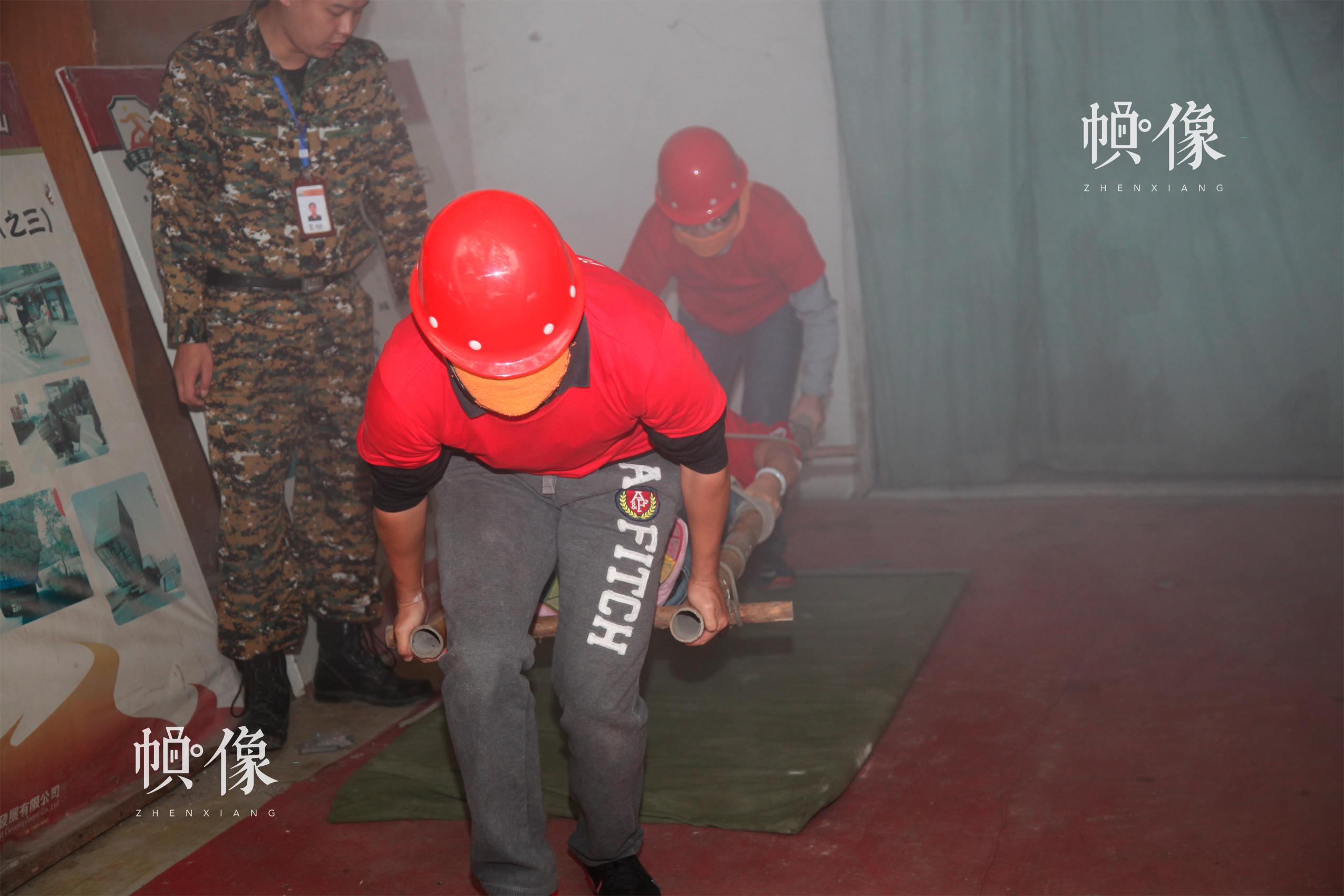 安全体验教室受捐学校的安全课老师参加烟道逃生与伤员搬运安全应急技能培训。 中国儿童少年基金会供图