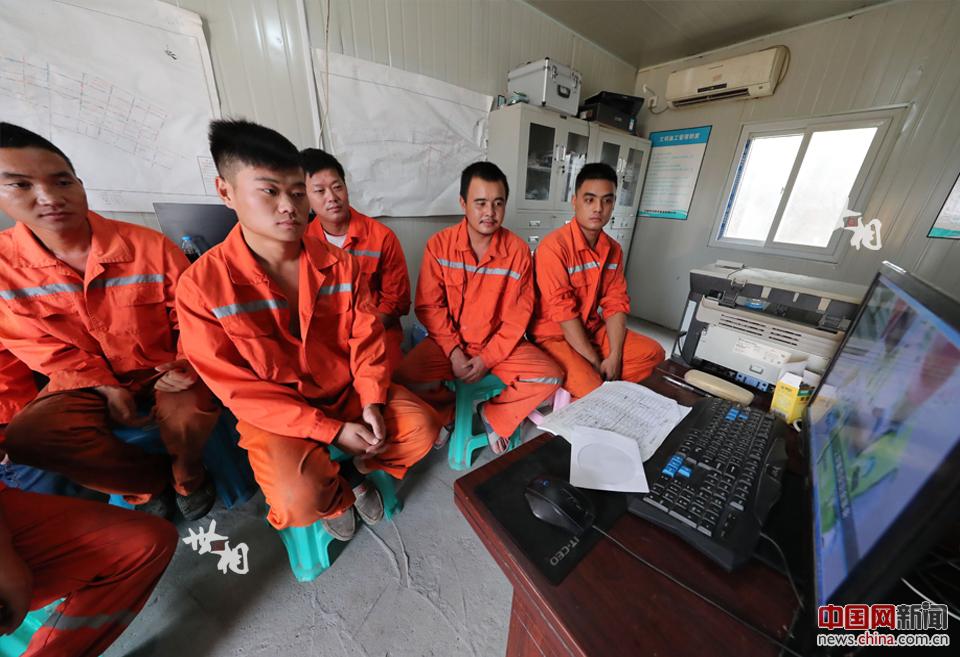 戴帅和工友们要经常看下井作业安全操作规程视频。