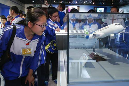 资料图片:2016年4月26日,北京市昌平区南邵中学的学生在国家知识产权局开放日活动中参观专利展示厅。新华社记者 沈伯韩 摄