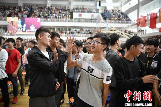 云南一高校要求学生一学期跑120公里不合格须重修体育