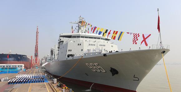 我国新型综合补给舰首舰呼伦湖舰交接入列