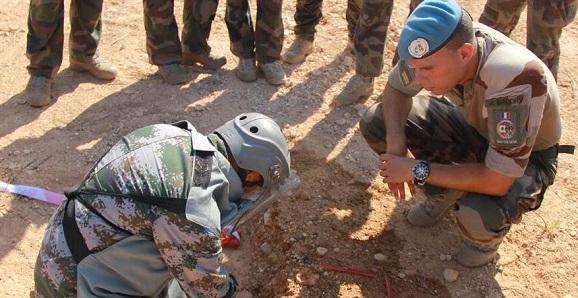 中法维和部队开展扫雷排爆经验交流