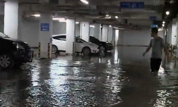 重庆强降雨致一车库被淹 未来三天仍将持续多雨