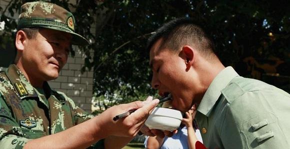 新疆:西部公安边防欢送老兵