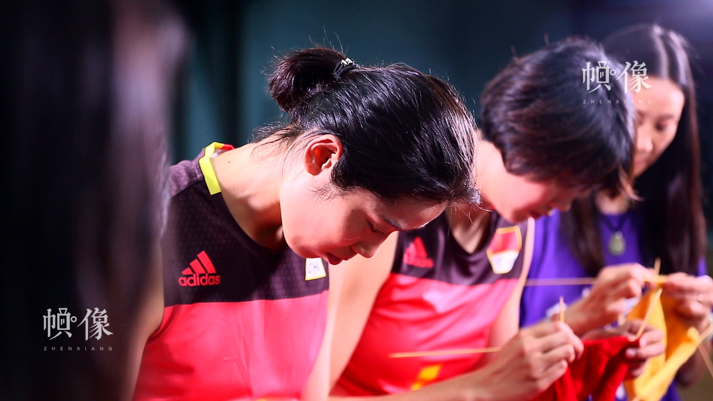 图为朱婷和袁心玥正在织毛衣。中国儿童少年基金会供图。