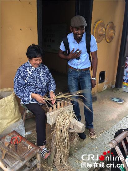 图片默认标题_fororder_茨坪毛泽东旧居景点一位农妇给游客示范草鞋的穿法_副本_副本