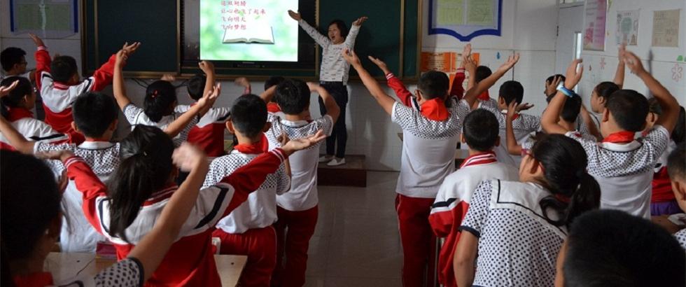 图片故事:一位乡村女教师工作中的一天