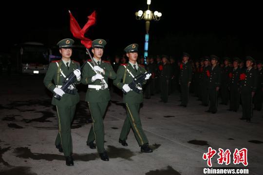 """""""两年高原兵·一生天路情""""武警交通老兵告别警营"""