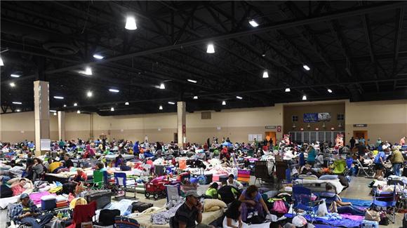 佛罗里达州约有7.5万人在安置点内避飓风(组图)