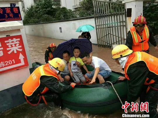 消防官兵救援被困群眾 黃海濤 攝