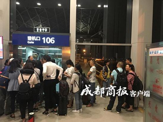 航班延误问题进行协调说明时,面对乘客的质询,则提到是当班飞机的机长