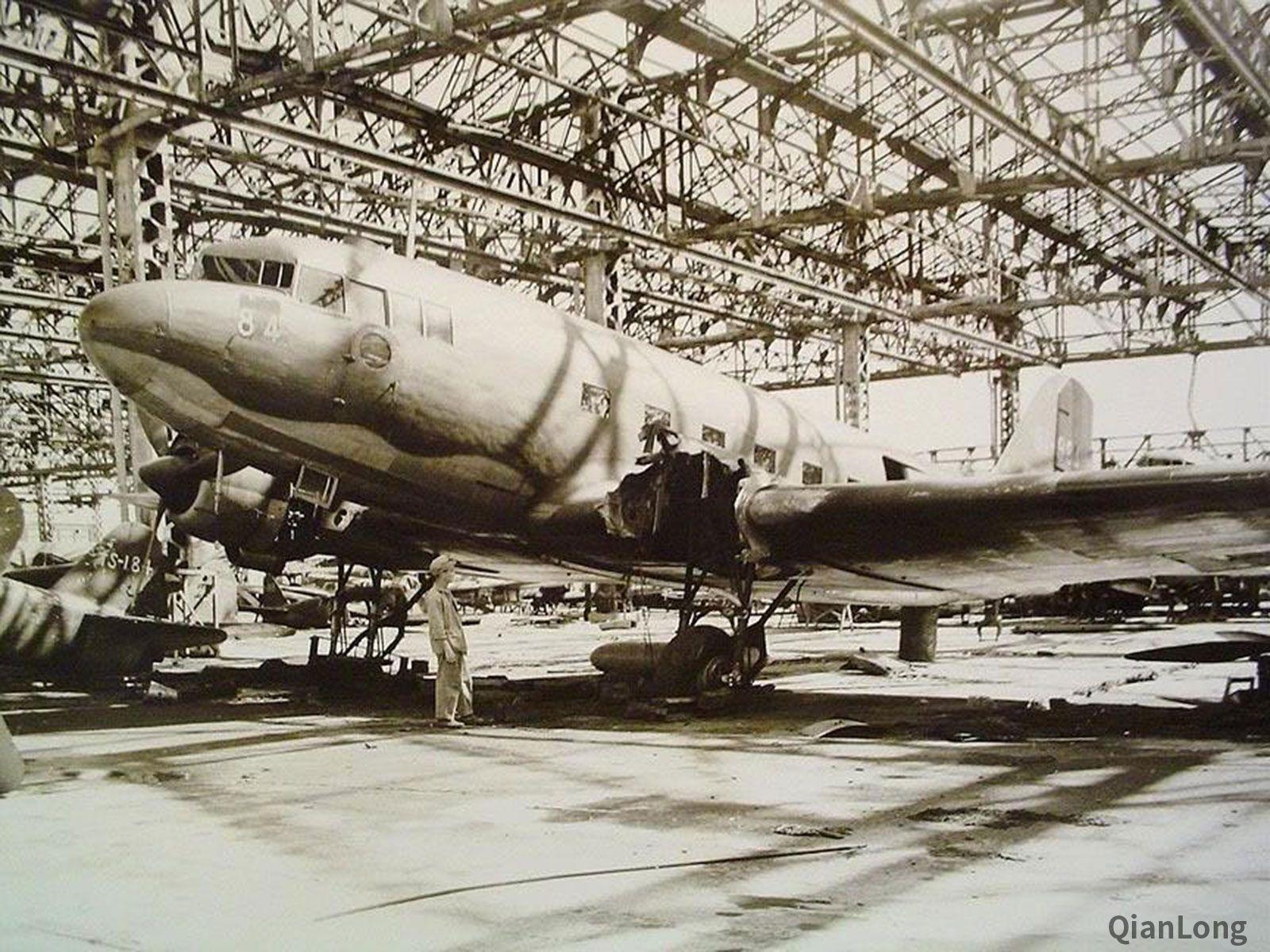 02.停放在基地里的L2D运输机。