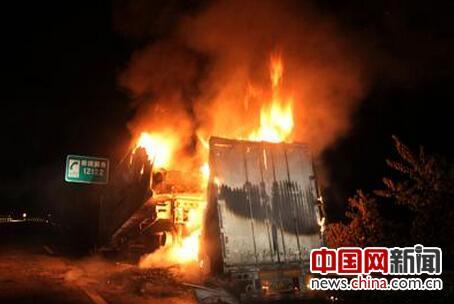 渝湘高速挂车起火堵车近3小时 黔江消防扑救排险