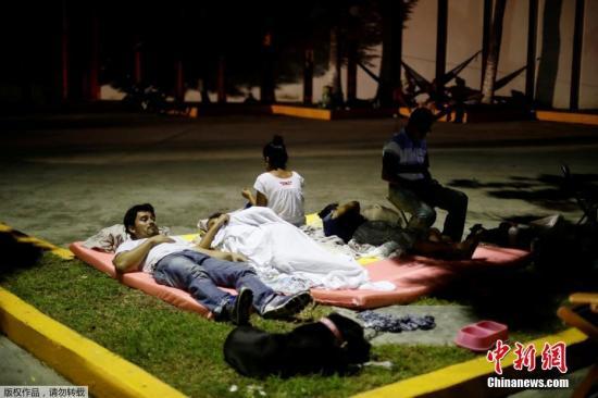 當地時間9月7日,墨西哥發生8.1級強震目前已造成數十人遇難。遇難者中包括孩童和嬰兒。目前,地震救援仍在緊張進行當中。圖為9月7日當晚余震不斷,墨西哥民眾在街頭休息躲避危險。