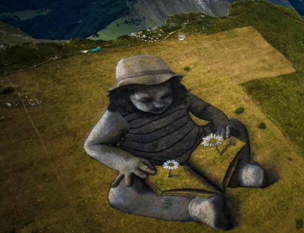 小伙用600升涂料在山上画了个女孩