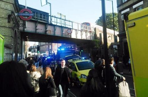 当地时间9月15日,英国伦敦地铁西伦敦区发生一起爆炸事件,部分乘客在踩踏事故中受伤,也有人面部被烧伤。 据稍早前的报道,当地时间9月15日早高峰期间(约8点20分左右),伦敦西南部帕森斯格林(Parsons Green)地铁站发生爆炸事件,造成至少20人受伤,目前已有18名伤者入院治疗,伤者中无人遭受了严重的或者危及生命的伤势。美国有线电视新闻网(CNN)报道,伦敦地铁恐袭事件搜出的爆炸装置设有定时器。 英国首相特蕾莎梅对伤者表示慰问,并称赞应急响应部门的勇敢回应。她将于当天晚些时候主持召开政府紧急