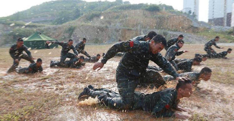 贵州武警特战队员暴雨中挑战极限
