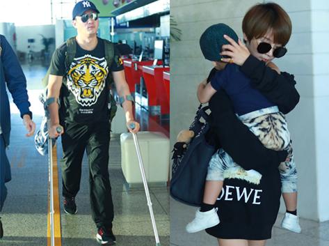 吳京拄拐杖帶妻兒度假 謝楠與閨蜜同行貼心護娃