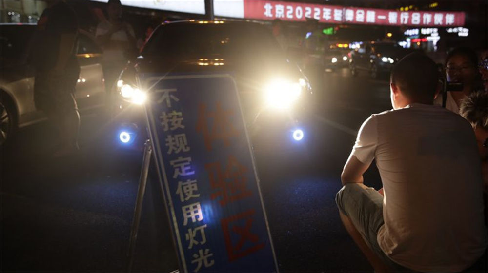 海南交警整治乱用远光灯 违规司机现场体验强光照射