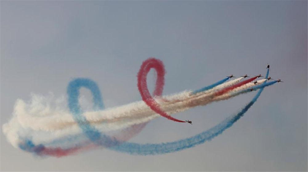 希腊雅典飞行周 飞行表演队轮番升空展绝技