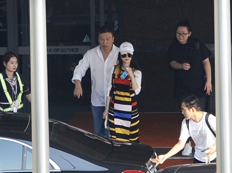 范冰冰被求婚後現身機場 穿彩條裙左手鑽戒搶鏡