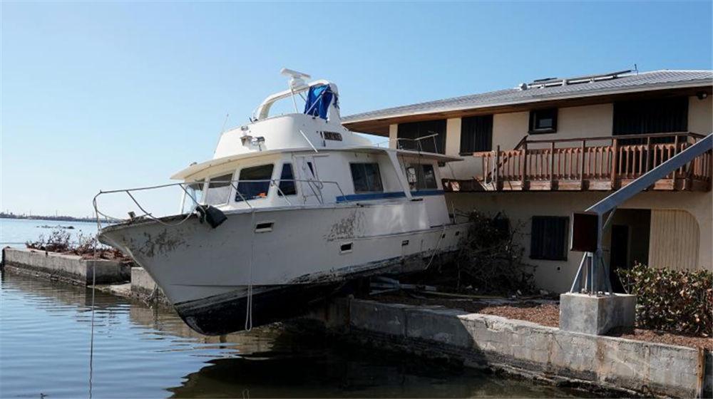 """飓风""""艾尔玛""""过境后一片残局 轮船上房飞机翻身"""