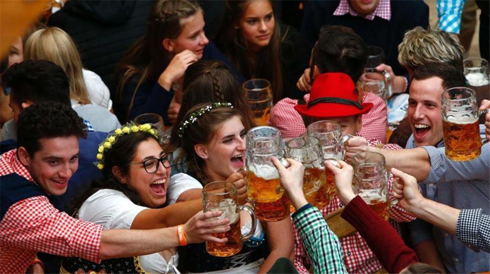 德国慕尼黑啤酒节开幕 美女豪饮啤酒不输壮汉
