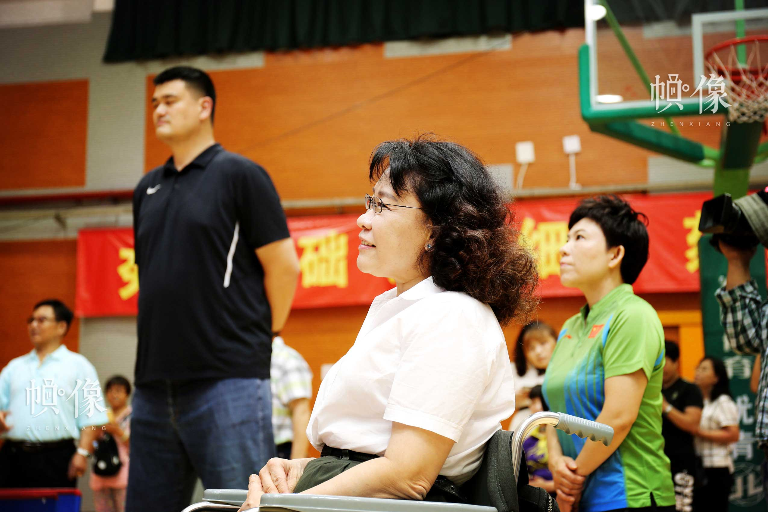 2017年8月10日,第七届残疾人健身周推广日活动在京举行。图为中国残联主席、中国残奥会主席张海迪(左二)、中国篮球协会主席姚明(左一)、邓亚萍(右一)出席活动。中国网记者 王梦泽 摄